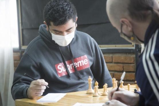 El jugador de la UTN anotando y pensando su próxima jugada.