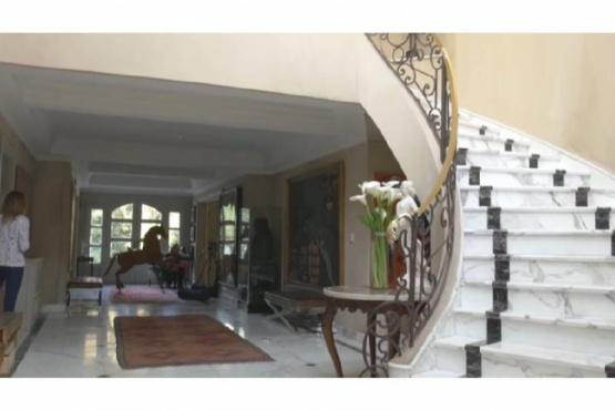Muebles antiguos, chimenea y ventanales imponentes, así es la lujosa mansión de Verónica Lozano