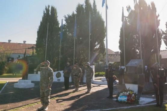 Se colocó una ofrenda floral y se tocó Silencio Militar.