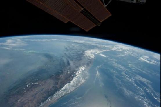 Imágenes del cohete chino: estiman el horario del impacto