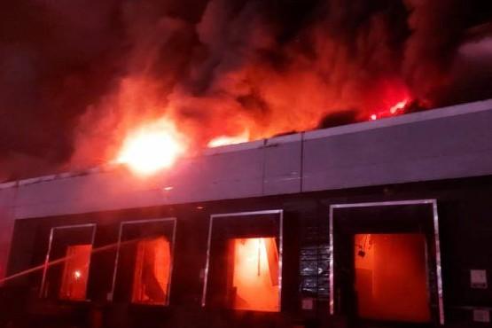Voraz incendio en el depósito de una panificadora