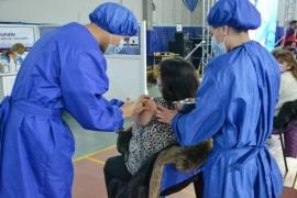 Una nueva jornada en el vacunatorio en Río Gallegos, con testimonios llenos de esperanza