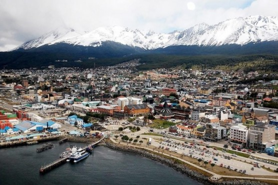 La Constitución de Tierra del Fuego, en ejercicio de su autonomía, no reconoce más limitaciones a sus poderes que los expresamente conferidos en la Constitución Nacional al Gobierno Federal.