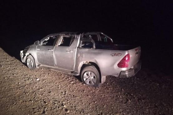 La camioneta terminó con importantes daños materiales.