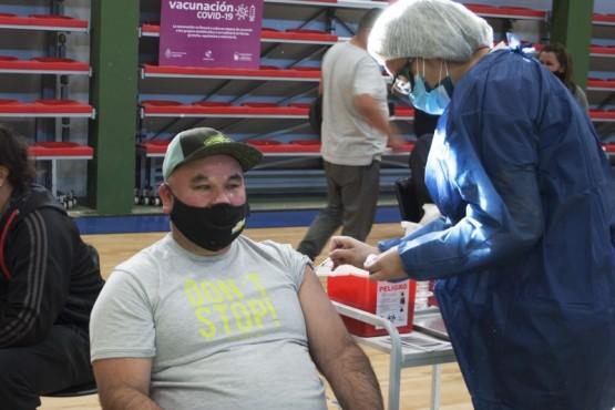 Inició el plan de vacunación para personal municipal esencial de Caleta Olivia
