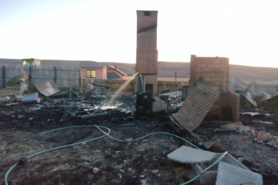 La casa del peón terminó totalmente destruida por el fuego.