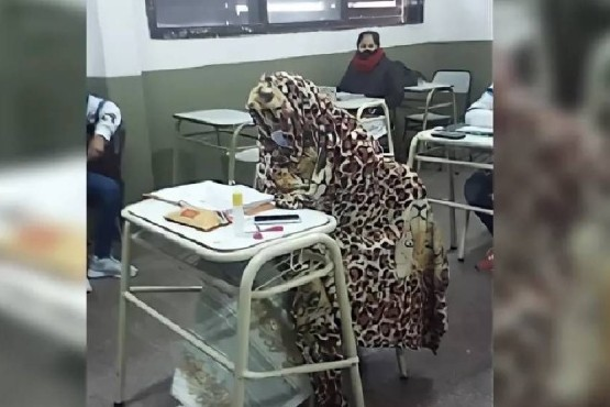 Se hizo viral una imagen de chicos que van a la escuela con frazadas por el frío