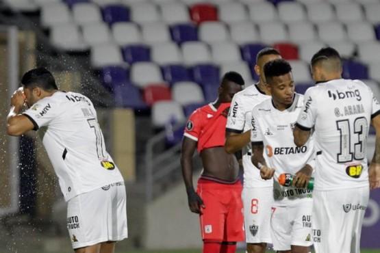 Un partido de Copa Libertadores fue interrumpido seis veces por los gases lacrimógenos de las protestas