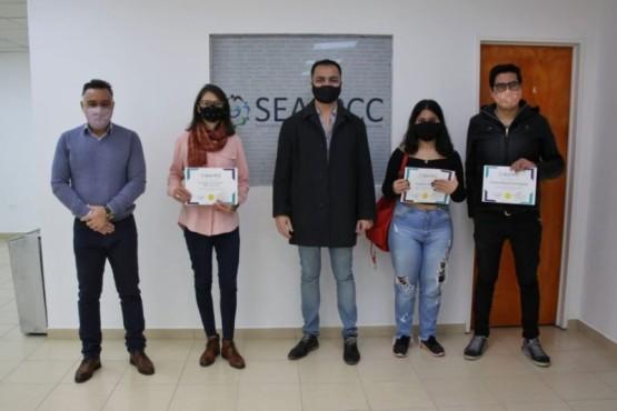 Álvarez junto a los ganadores del concurso.