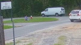 El aterrador momento en el que una niña forcejeó con un hombre armado y evitó que la secuestraran