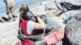 Ataques xenófobos y machistas a la joven de la Cruz Roja que abrazó a un inmigrante