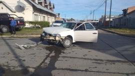Mujer herida y destrozos en un fuerte choque en Río Gallegos