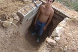Discutió con su madre, se puso a cavar en el jardín y ahora vive en su cueva