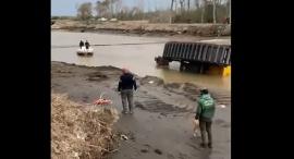 Municipio compró una excavadora y en menos de 24 horas se hundió en el río