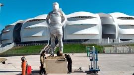 En la previa de Argentina-Chile, inauguran una estatua de Maradona en el estadio