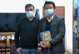 Pablo Grasso junto al directivo de Huawei