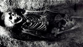Misterio y confusión por una nena enterrada con la cabeza de un pájaro en la boca