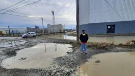 Vecinos reclaman por las calles inundadas con aguas cloacales