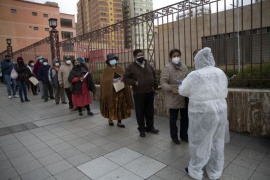 """La falsa noticia que vincula a las vacunas contra el coronavirus con los """"hombres lobo"""" en Bolivia"""