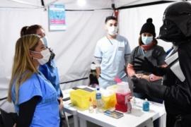 Un hombre fue a vacunarse disfrazado de Darth Vader y divirtió al personal de Salud