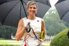 La reina Máxima se la jugó con un vestido argentino pintado a mano y ganó