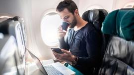 Un TikTok reveló por qué no hay que tomar agua en los aviones y se volvió viral