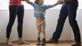 Una mamá irá presa por esconder una grabadora en el pelo de su hija