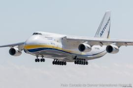 Llega uno de los mayores aviones civiles el mundo: Traerá equipos para una minera de Santa Cruz