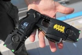 Taser: cómo funcionan las polémicas pistolas eléctricas
