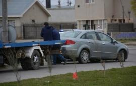 Sólo un susto: perdió el control del auto y terminó del otro lado de la calle