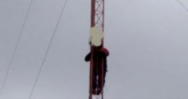 Las Heras: desocupados se subieron a una antena, amenazan con arrojarse y reclaman trabajo