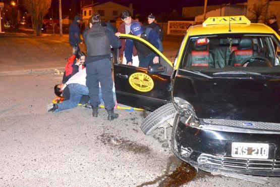 Móvil de la policía choca contra taxi