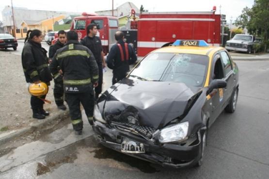 Taxista debió ser hopitalizado tras resultar herido en fuerte choque