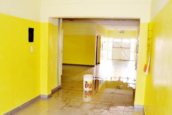 Los padres ahora no podrán limpiar escuelas y un sector advirtió que