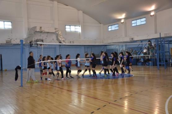 Torneo de maxi voley femenino en el gimnasio municipal