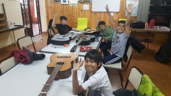TALLER DE GUITARRA EN LA BIBLIOTECA FLORA RODRIGUEZ DE LOFREDO
